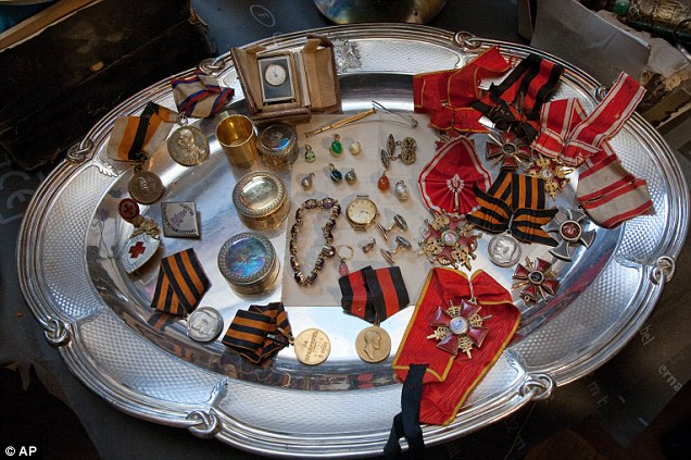 Some of the 1000 pieces of discovered jewelry (photo courtesy of AP)